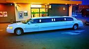 Baltas limuzinas naktiniame Alytuje