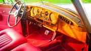 Autentiškas Rolls Royce salonas su mediniu prietaisų skydeliu.