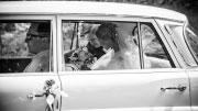 Jaunieji vestuviniame transporte.