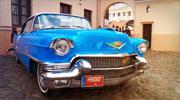 Dangaus mėlynumo automobilis Jūsų išskirtinėms vestuvėms
