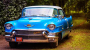 Didelis mėlynas įspūdingas Cadillac Kupe.