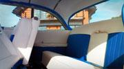 Baltas- mėlynas retro automobilio salonas