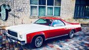 Nuomojamas raudonas senovinis automobilis